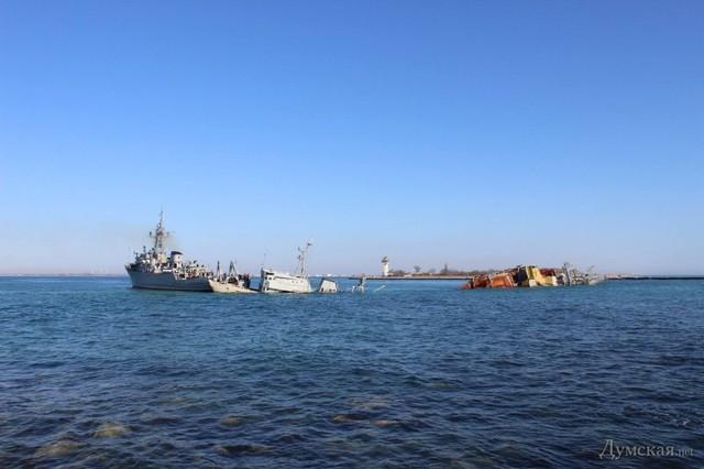 Xác chiếc tàu nhỏ được tàu Cherkasy kéo ra xa xác tàu Ochakov.