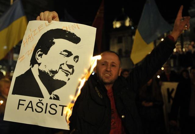 Người biểu tình đốt chân dung Sa hoàng đào tẩu Yanukovych