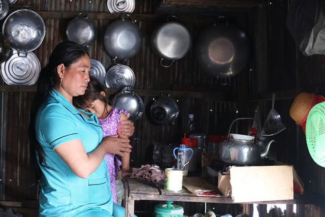 Những đứa trẻ không hề biết rằng, chỉ một vài năm nữa nó sẽ bị chính tay mẹ mình bán cho các nhà thổ.