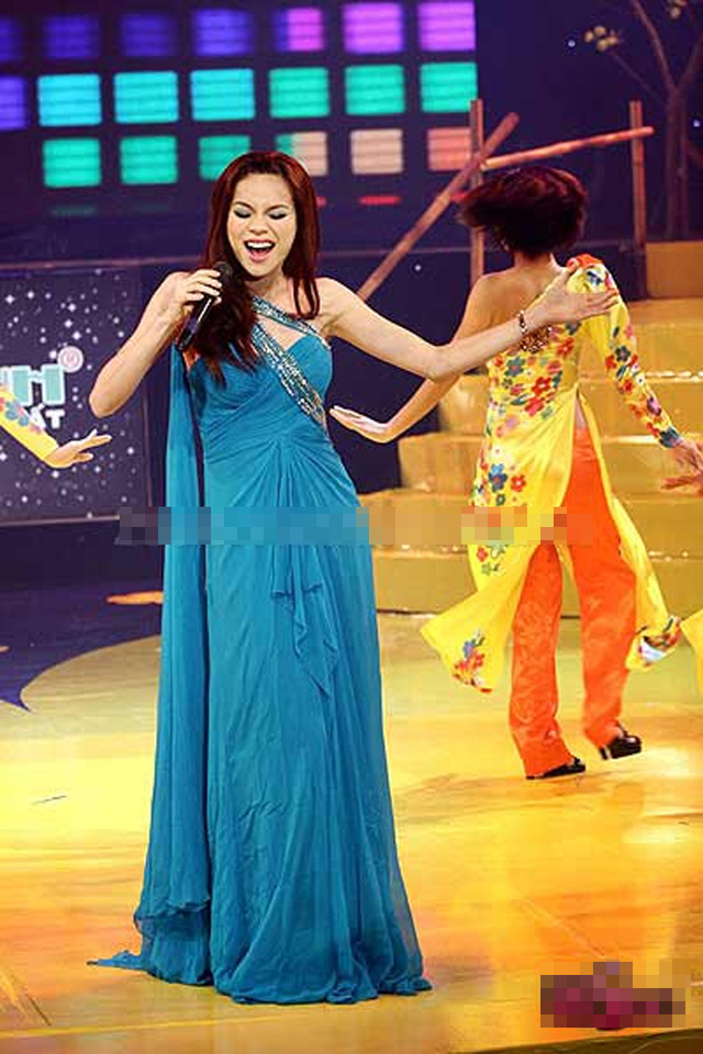 3.2010 Nghi án mang thai của Hồ Ngọc Hà xuất hiện sau khi cô cố tình mặc trang phục khỏa lấp đi vòng hai đang lớn dần.