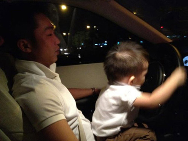 2012: Một hình ảnh khác của Cường đôla cho thấy anh đang rất hạnh phúc với việc làm bố.