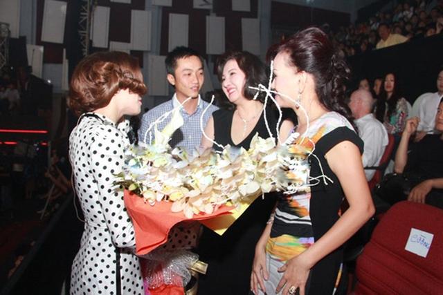 Tháng 1. 2013: sự xuất hiện của mẹ Quốc Cường - bà Loan - là bằng chứng xác thực nhất xóa bỏ mọi tin đồn mâu thuẫn giữa bà và Hồ Ngọc Hà. Đây có thể xem là thời điểm đánh dấu việc Hồ Ngọc Hà đã được chính thức công nhận là con dâu của nữ đại gia.