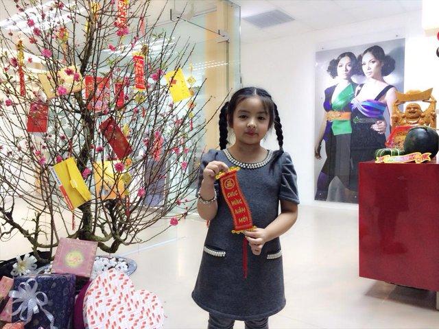 Bé Bông - Con gái người mẫu Thuý Hằng cũng xuất hiện trong clip chúc tết cùng mẹ và các cô người mẫu.