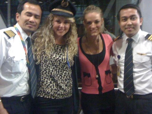 Các nữ hành khách Australia chụp ảnh với cơ phó  Fariq Abdul Hamid (phải) và đồng nghiệp năm 2011