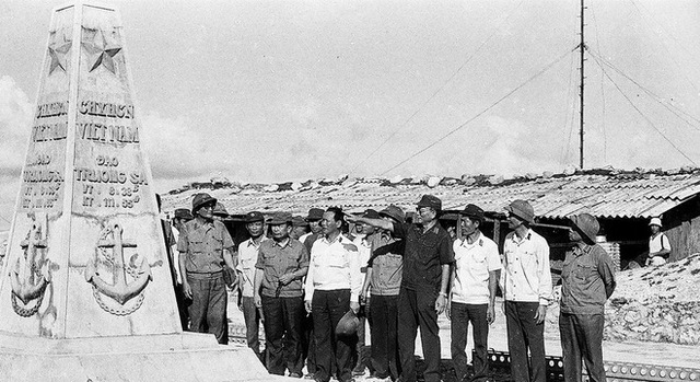 Đại tướng Lê Đức Anh thăm cột mốc chủ quyền ở Trường Sa năm 1988 (Ảnh tư liệu)