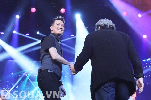 Đàm Vĩnh Hưng dắt tay vị nhạc sĩ tài hoa lên sân khấu khi tên anh được xướng lên.