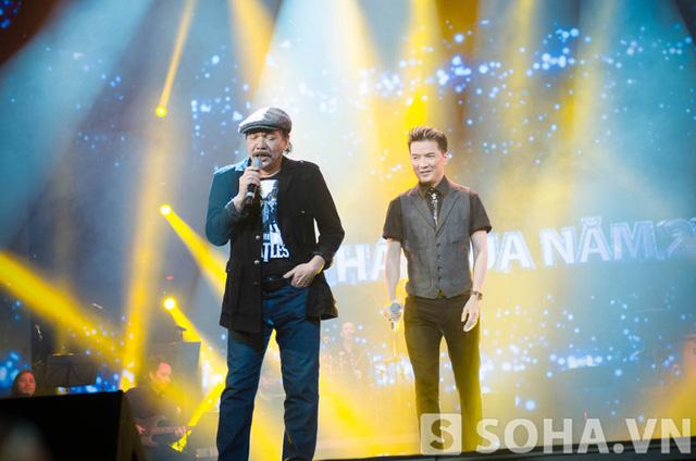Mr Đàm và Trần Tiến cùng song ca Chiếc vòng cầu hôn trên sân khấu.