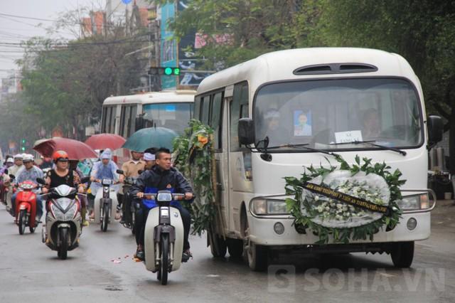 15h, đoàn xe tang bắt đầu đưa em về nơi an nghỉ cuối cùng. Trời Bắc Ninh lất phất mưa nên nhiều người phải mặc áo mưa, che ô