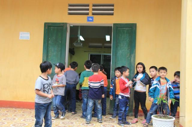 Ở trường tiểu học Tiền An, lớp học 1A6, nơi Lộc theo học trước đó, những tiếng đọc bài bi bô vẫn vang lên. Các em còn quá nhỏ để hiểu được những đau thương đang bao trùm lớp học