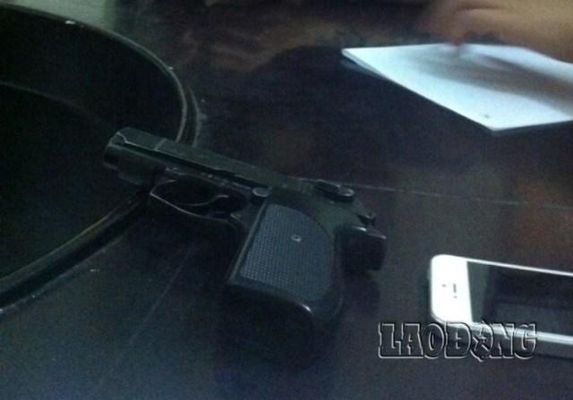 Khẩu súng đối tượng Việt cướp được trong cuộc ẩu đả (Ảnh: Lao động)