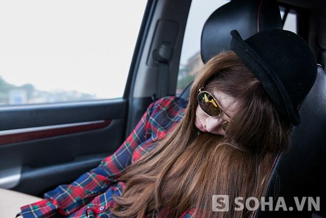 Gần 5h sáng, Andrea đã phải lên xe cùng trợ lý tới địa điểm cách xa Hà Nội - Hồ Đại Lải để chuẩn bị cho một buổi chụp hình. Do phải dậy khá sớm, cô ngủ mê mệt trên xe.