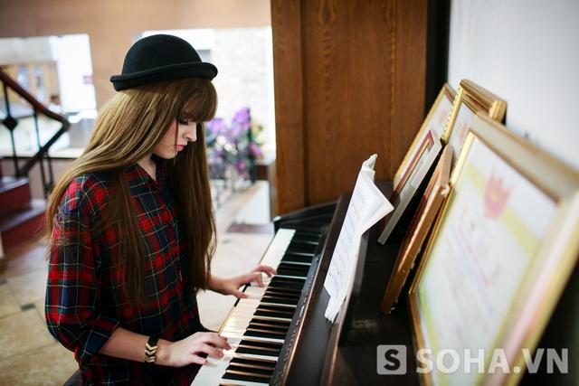Trở về nhà, Andrea thư giãn bằng một bản piano. Đây là loại nhạc cụ mà cô yêu thích và gắn bó từ rất lâu. Ngoài piano, Andrea còn có khả năng ca hát và chơi guitar. Cô nàng cũng vừa kết hợp với Yanbi trong một ca khúc mới.