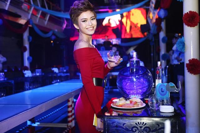Trong đêm tiệc, Thanh Thủy xuất hiện nổi bật với mái tóc tém cá tính cùng phong cách trang điểm sắc xảo. Chân dài sinh năm 1992 chọn chiếc đầm đỏ ôm sát khoe vai trần quyến rũ.