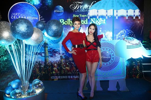 """Hương Giang Idol """"đọ dáng"""" cùng Thanh Thủy ở buổi tiệc đón năm mới. Với lợi thế về chiều cao """"khủng"""" 1,77m, Thanh Thủy nổi bật hơn hẳn khi đứng cạnh cô ca sĩ chuyển giới."""
