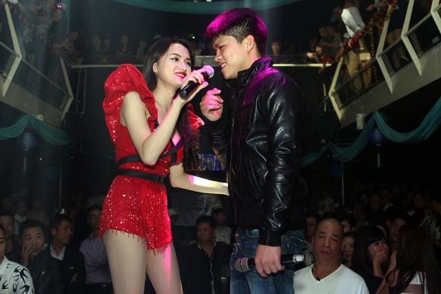 Để góp vui cho đêm tiệc đầu năm, Hương Giang Idol khuấy động không khí bằng các ca khúc sôi động như: She Rocks, Send It On.