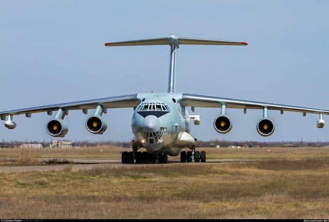 Máy bay tiếp dầu IL-78 đầu tiên của Trung Quốc.