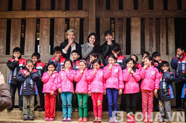 Các em nhỏ Nậm Mười khoe áo mới.
