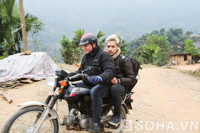 Từ thành phố Yên Bái, cả đoàn phải di chuyển bằng xe máy mới đến được xã Nậm Mười.