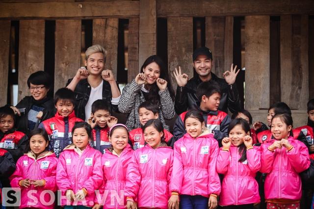 Đoàn từ thiện còn có sự góp mặt của Hoa hậu biển Vân Anh.