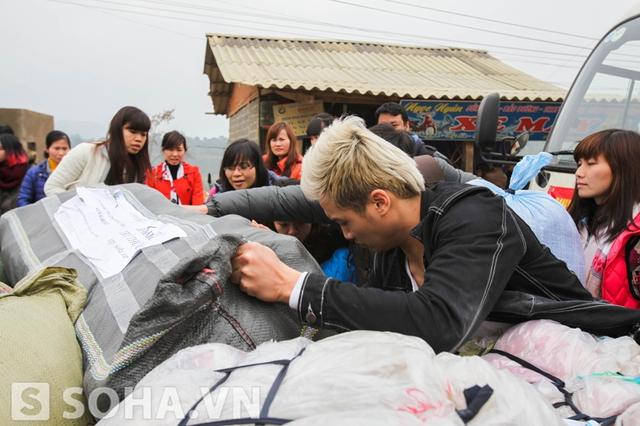 Và cùng các thành viên trong đoàn tìm kiếm đúng quà, đúng kích cỡ quần áo cho các em.