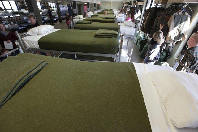 Khăn trải giường và chăn được gấp nếp theo đúng quy định. Những chiếc giường được xoay đầu đuôi xen kẽ. Điều này giúp các bệnh truyền nhiễm không lây lan trong trung đội. Tuy nhiên, mỗi tân binh đều đổ bệnh ít nhất một lần trong thời gian huấn luyện.