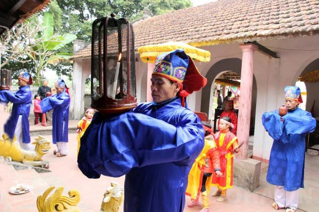 Các cụ cao niên trong làng làm thủ tục tế thần