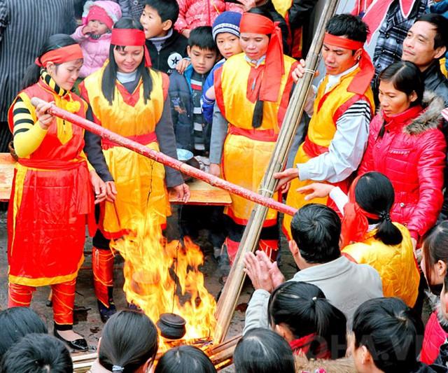 Toàn đội tập trung điều chỉnh lửa nấu cơm thi