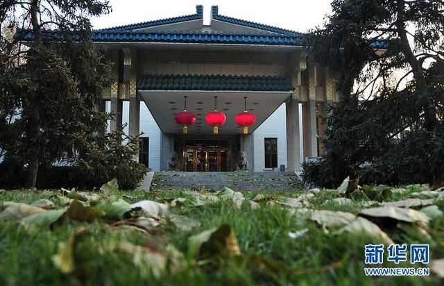 Nhà khách số 18 bên trong Điếu Ngư Đài có 2 con sư tử bằng đồng mạ vàng nằm chắn bên cửa, từng được miêu tả là biệt thự của Chủ tịch nước.