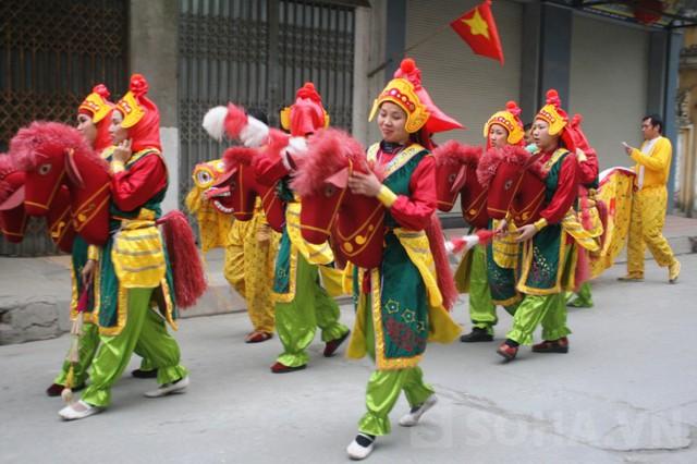Đội quân múa hát cho từng xóm cũng bắt đầu vào vị trí