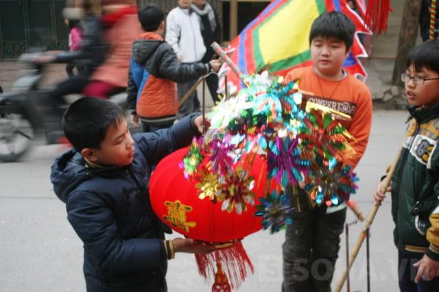 Những chú bé được giao nhiệm vụ cầm cờ, rước đèn cũng háo hức