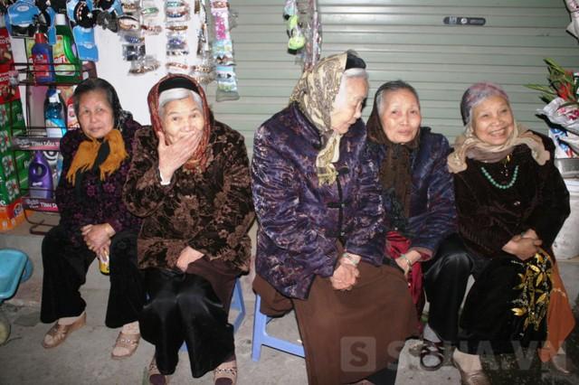 Trời lạnh nhưng các cụ già cũng có mặt để xem nghi thức rước