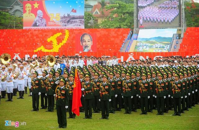 Các lực lượng vũ trang xếp hàng trong sân vận động Điện Biên Phủ