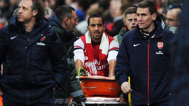 Walcott rời sân trên cáng ở trận gặp Tottenham