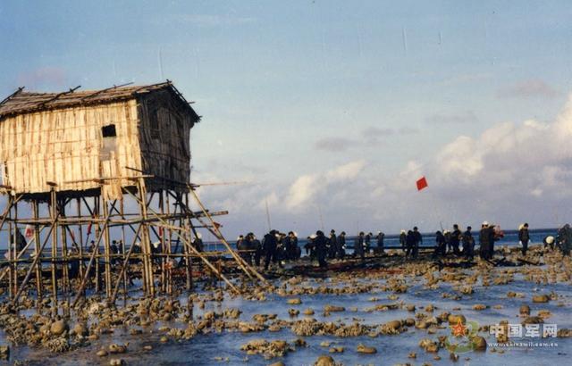 Thế hệ nhà chân cao đầu tiên mà Trung Quốc dựng lên trái phép bằng tre nứa, cọc gỗ ở các bãi đá thuộc quần đảo Trường Sa của Việt Nam.