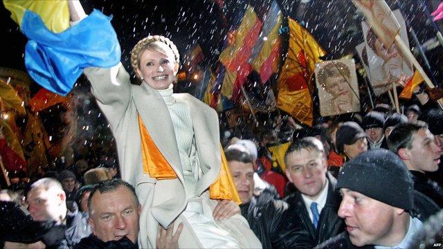 Bà Tymoshenko trong một cuộc tuần hành lớn tại Quảng trường Độc lập ở Kiev trong ngày kỉ niệm 1 năm Cách mạng Cam ở Ukraine.