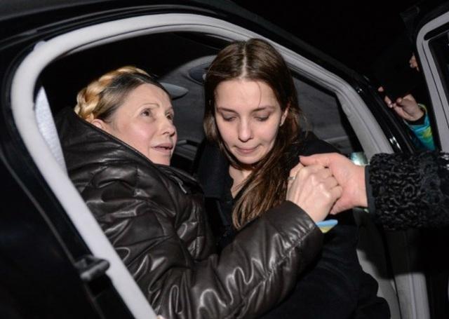 Ngày 22/2/2014, Quốc hội Ukraine bỏ phiếu phế truất Tổng thống Yanukovych, trả tự do trước thời hạn cho bà Tymoshenko. Trong ảnh: Bà Tymoshenko cùng con gái rời khỏi bệnh viện đa khoa trung ương, nơi bà bị giam giữ.