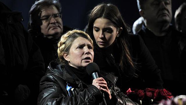 Yevhenia ở bên cạnh mẹ khi bà phát biểu trước hàng nghìn người ủng hộ tại Quảng trường Độc lập ở Kiev, Ukraine ngày 22/2/2014. Bà Tymoshenko đã được trả tự do trước thời hạn sau khi Tổng thống Viktor Yanukovych, cũng là đối thủ lớn của bà, bị phế truất.