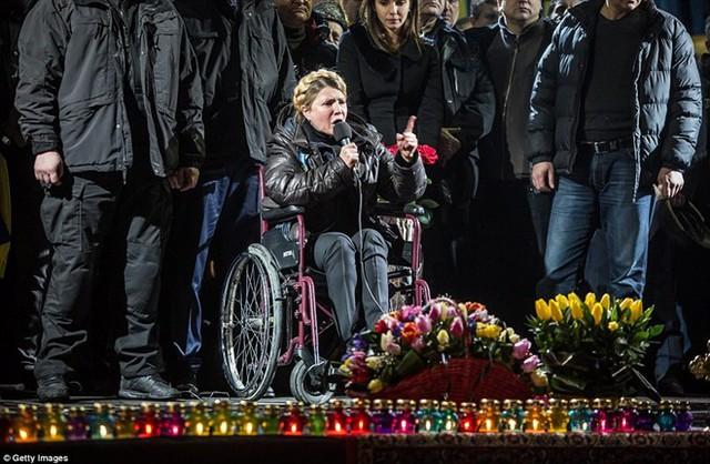 Bà Tymoshenko ngồi trên chiếc xe lăn, xuất hiện trước hàng chục nghìn người ủng hộ tại Quảng trường Độc lập ở thủ đô Kiev.