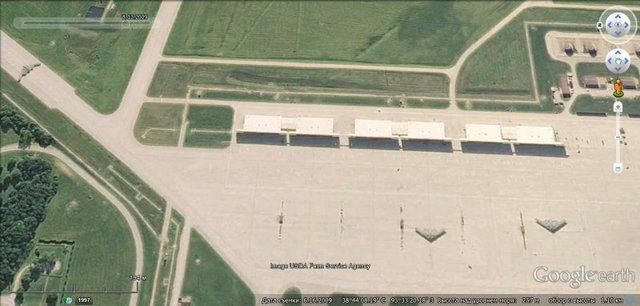 Mỹ hiện có 16 máy bay B-2A trong đội hình chiến đấu. 2 trong số 20 máy bay loại này bị mất do tai nạn khi bay. Vị trí bố trí thường xuyên của những máy bay này là căn cứ không quân Whiteman (bang Missouri). (Trong ảnh: Máy bay ném bom chiến lược B-2A tại căn cứ không quân Whiteman)