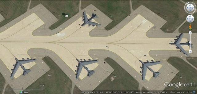 Lực lượng hạt nhân chiến lược trên không của Mỹ là các máy bay ném bom chiến lược có khả năng giải quyết các nhiệm vụ hạt nhân. Tất cả các máy bay ném bom chiến lược đều có thể tấn công cả bằng vũ khí hạt nhân và vũ khí thông thường. (Trong ảnh: Căn cứ không quân Minot và các máy bay ném bom B-52H)
