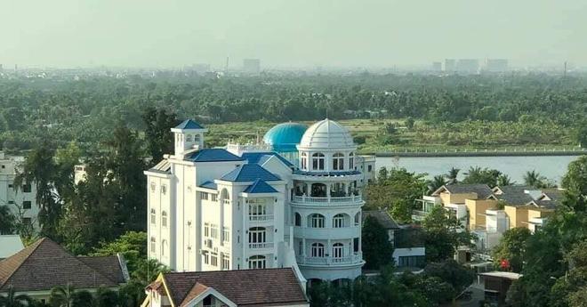 Bí ẩn chủ nhân biệt thự có đại sảnh rộng mênh mông ở Sài Gòn, rao bán với giá không tưởng - Ảnh 1.