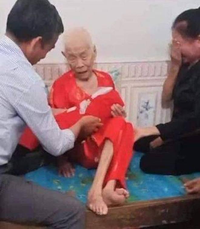 Xúc động cảnh Mẹ Việt Nam anh hùng 110 tuổi khóc nức nở khi đón nhận hài cốt con là liệt sỹ - Ảnh 2.