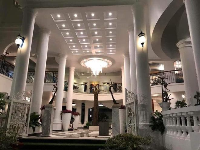 Bí ẩn chủ nhân biệt thự có đại sảnh rộng mênh mông ở Sài Gòn, rao bán với giá không tưởng - Ảnh 4.