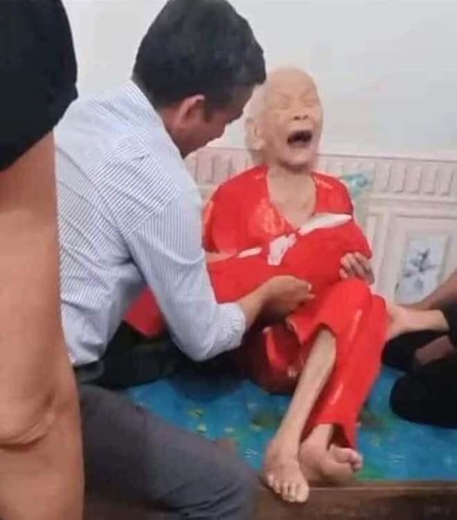 Xúc động cảnh Mẹ Việt Nam anh hùng 110 tuổi khóc nức nở khi đón nhận hài cốt con là liệt sỹ - Ảnh 3.