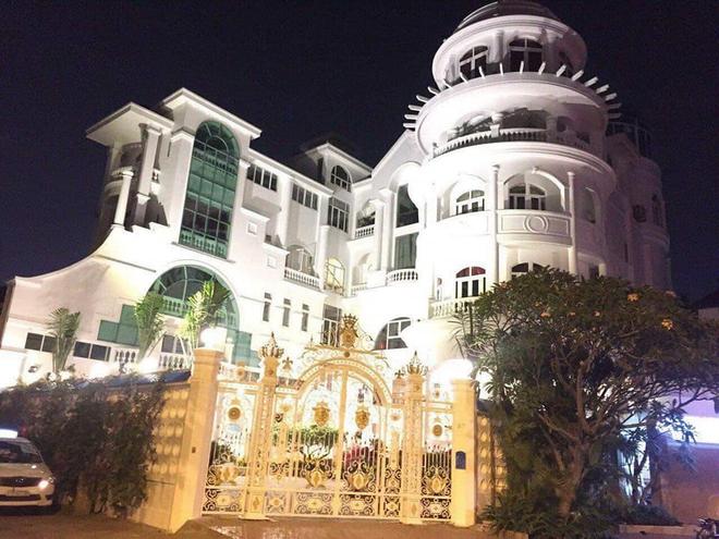 Bí ẩn chủ nhân biệt thự có đại sảnh rộng mênh mông ở Sài Gòn, rao bán với giá không tưởng - Ảnh 2.