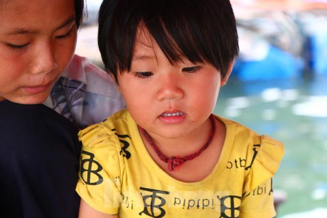 Trung thu của những đứa trẻ xóm chài trên vịnh Hạ Long - Ảnh 1.