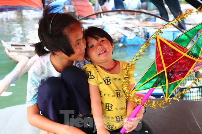 Trung thu của những đứa trẻ xóm chài trên vịnh Hạ Long - Ảnh 2.