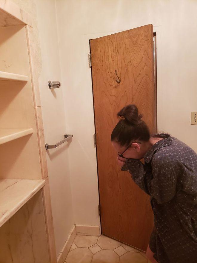 Mới mua nhà, thấy phòng tắm có cái núm lạ, người phụ nữ lên Internet hỏi rồi hân hoan với đáp án - Ảnh 1.