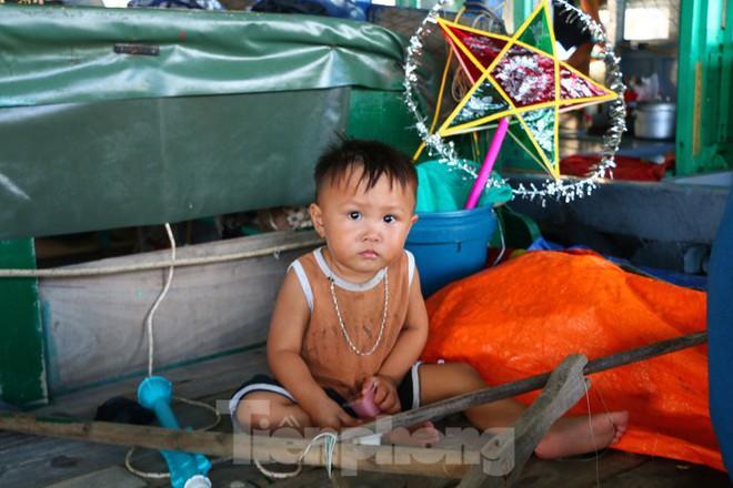 Trung thu của những đứa trẻ xóm chài trên vịnh Hạ Long - Ảnh 7.