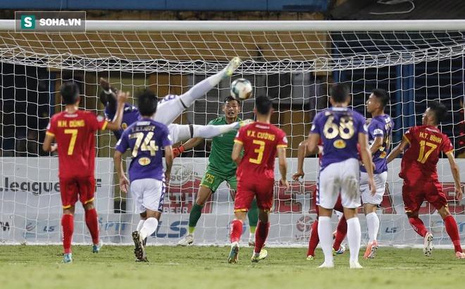 """Thế lực của bầu Đệ gây bất ngờ lớn, làm Hà Nội FC """"hú hồn"""" sau cuộc chiến nghẹt thở"""